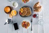 Čerstvé chutné snídani s vaflemi