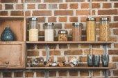 Obiloviny a koření ve skleněných nádobách