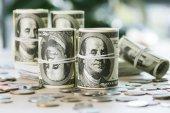 Fotografie dolarové bankovky a mince