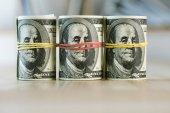 Dollar-Banknoten gerollt