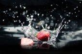 fragole mature che cade in acqua