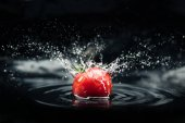 Fotografie fresh tomato falling in water