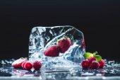 érett bogyók with ice cube