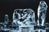 Photo frozen fruits in ice cubes