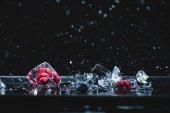 Zmrazené ovoce v ledových kostek