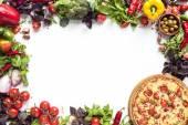 Italská pizza a čerstvá zelenina