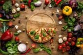 Pizza plátky na dřevěné desce