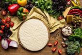 nyers pizza tészta- és zöldségfélék