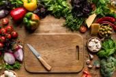 vágódeszka, zöldségek és fűszernövények