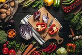 vágódeszka, friss zöldségekkel