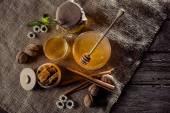 čerstvý med a voštiny