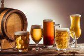 sortiment piva v brýlích