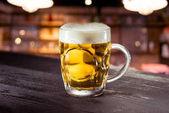 egy pohár sör az asztalon.