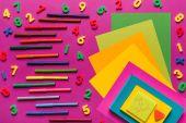 Fotografia composizione di carta colorata e marcatori