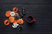 Fotografie Halloween sušenky a šálek kávy