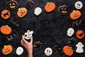 Photo woman holding halloween cookie