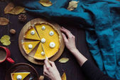 ženské ruce řezání dýňový koláč