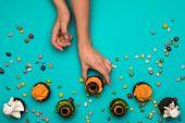 kéz és a halloween cupcakes