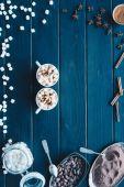 csésze cacao ital és a különféle fűszerek