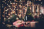 sklenic šampaňského a dárky