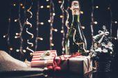 Fotografie Flasche Champagner und Weihnachtsbaum
