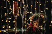 Photo empty wineglasses and christmas decorations