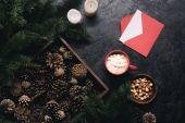 karácsonyi díszek, boríték és a kakaó