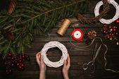 Photo florist making Christmas wreath
