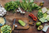čerstvé avokádo na prkénku
