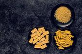 různé těstoviny v miskách