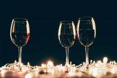 Sklenice vína a fairylights