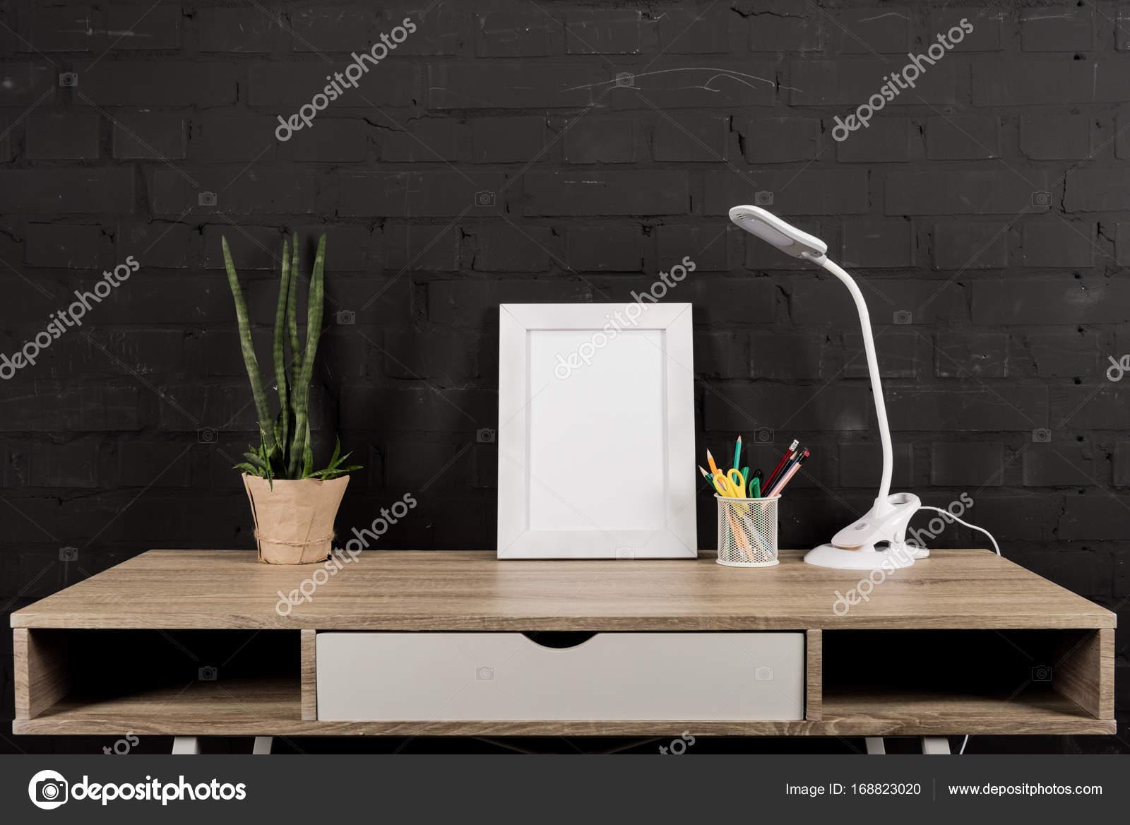 marco y mesa lámpara de foto en el lugar de trabajo — Fotos de Stock ...