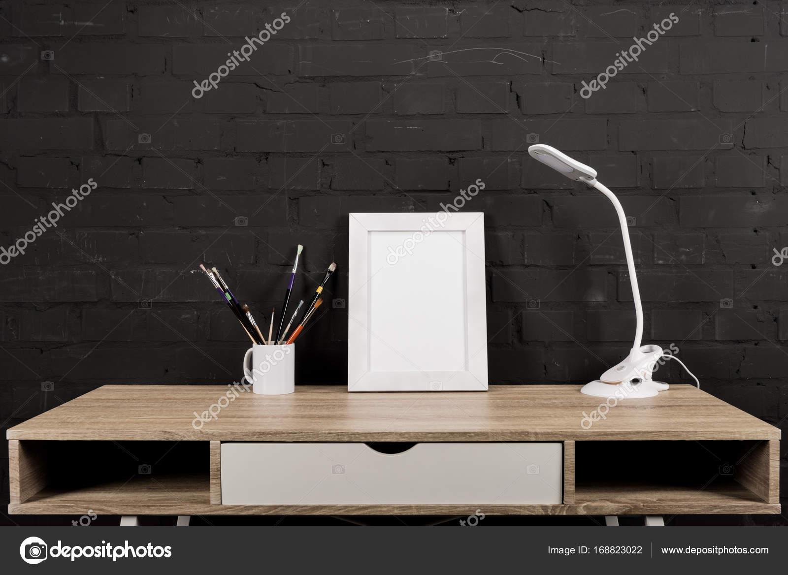 Lampade Da Tavolo Lavoro : Foto cornice e lampada da tavolo al posto di lavoro u foto stock