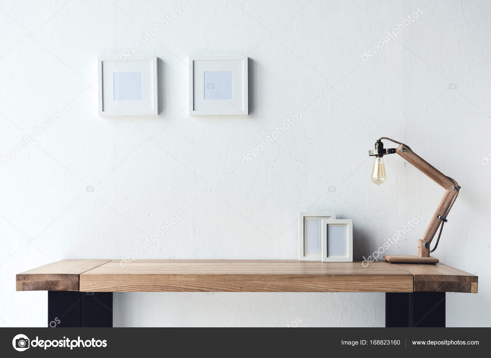 digitale Bilderrahmen hängen an der Wand am Arbeitsplatz — Stockfoto ...