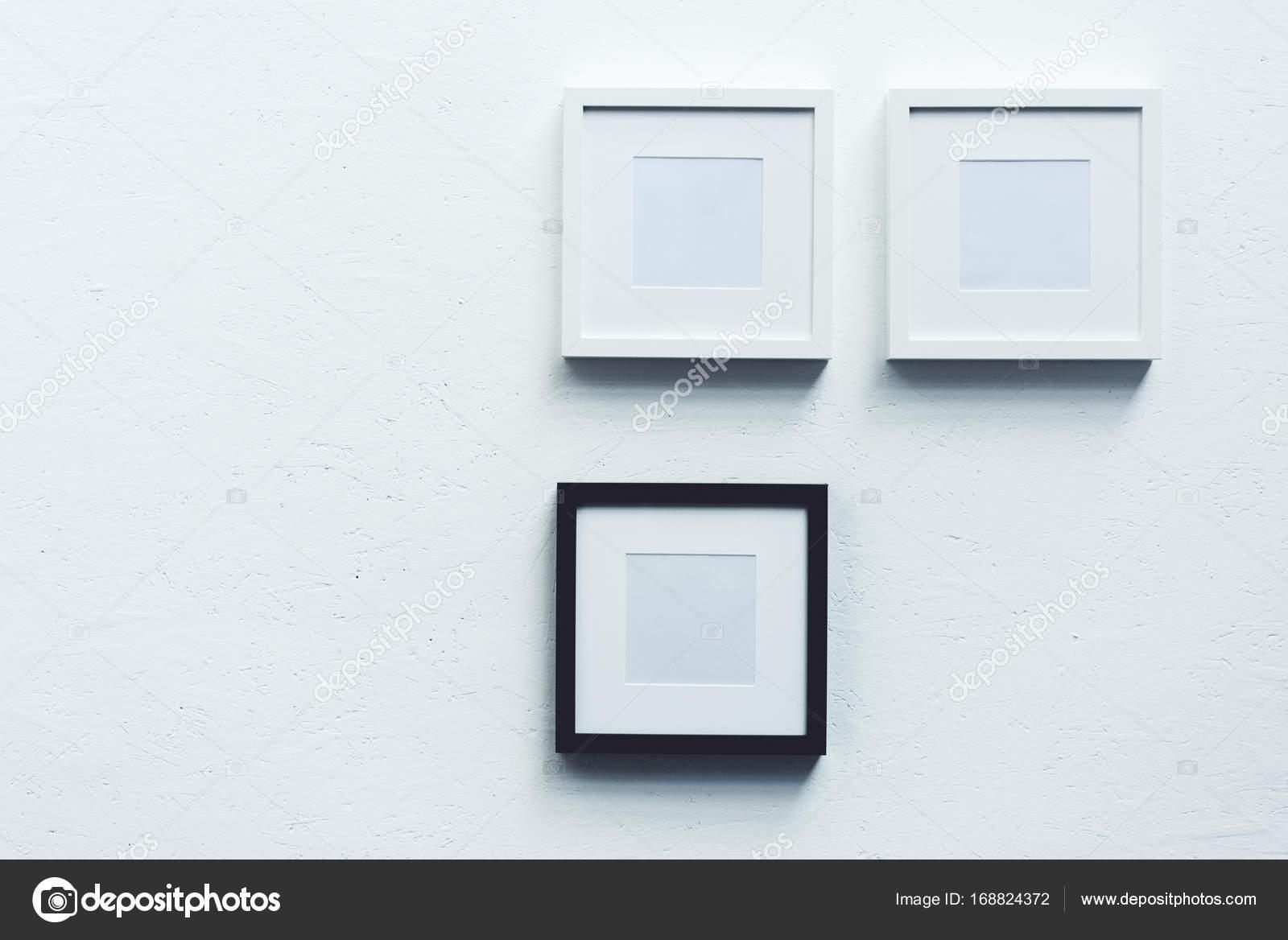 cadres photo vide accroch sur le mur photographie. Black Bedroom Furniture Sets. Home Design Ideas