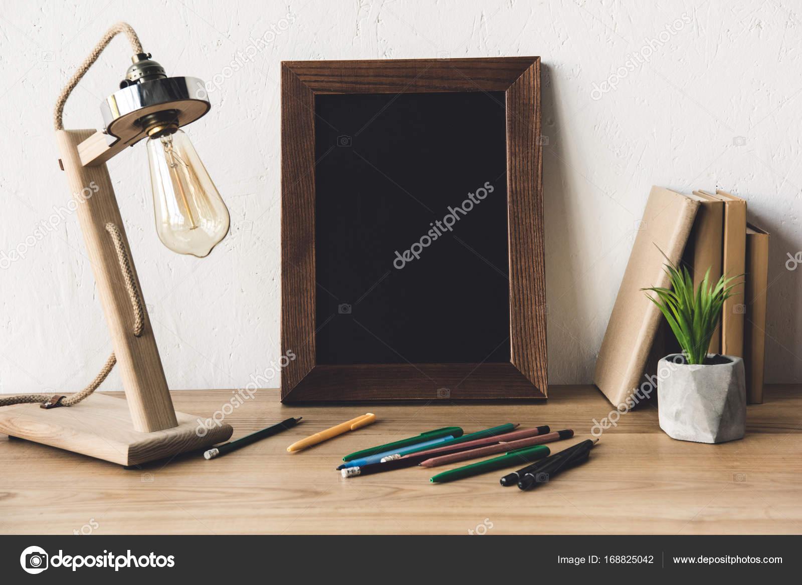 Foto Rahmen und Büromaterial auf Tisch — Stockfoto © VadimVasenin ...
