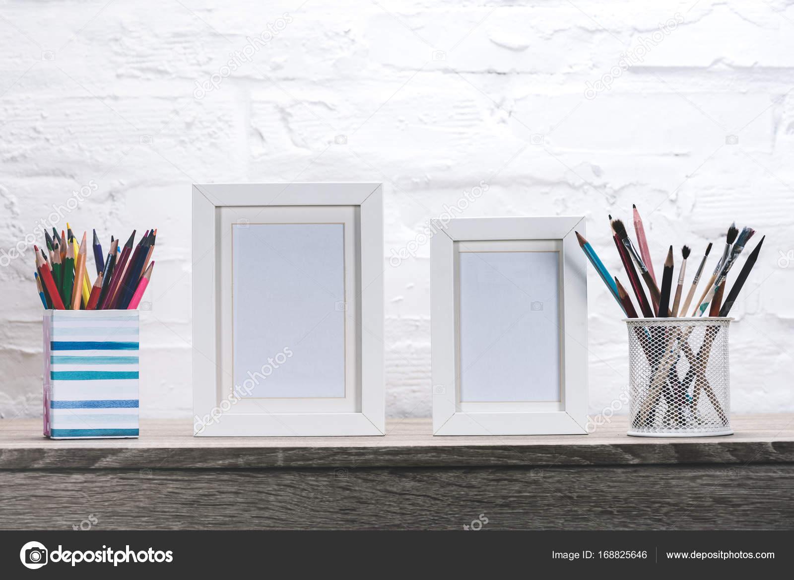 marcos de fotos y material de oficina en el lugar de trabajo — Foto ...