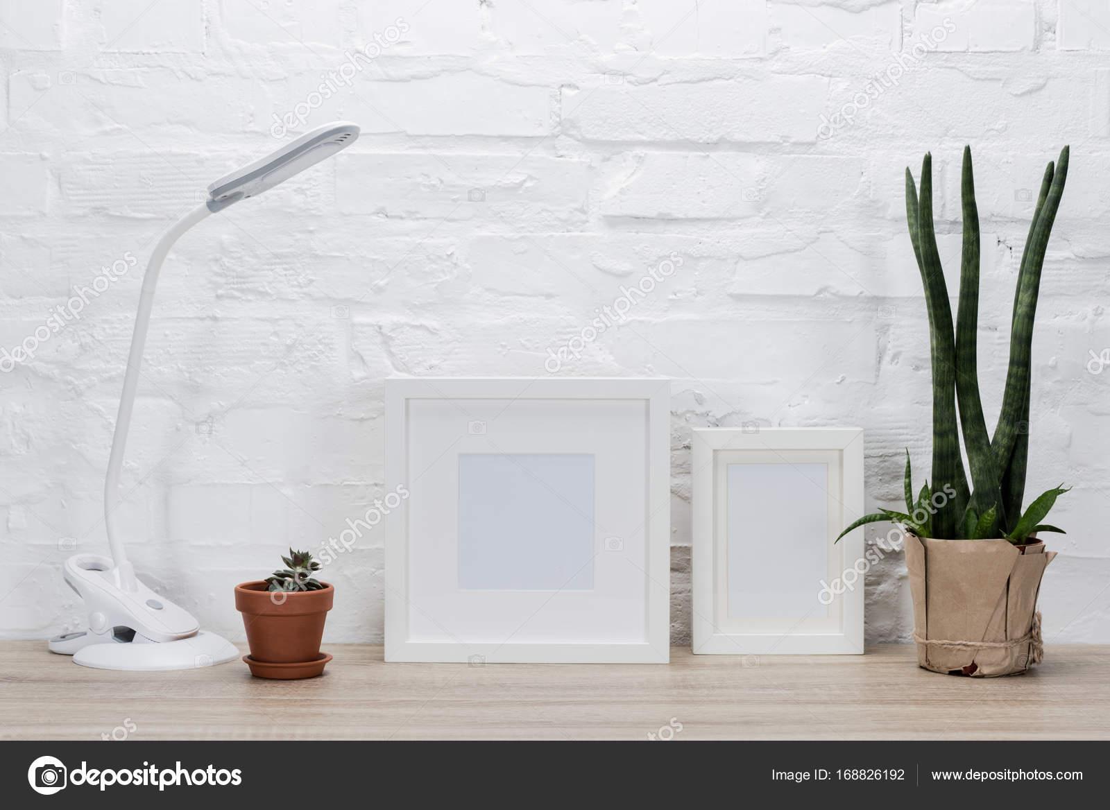 Cornici per foto piante e lampada da tavolo u foto stock