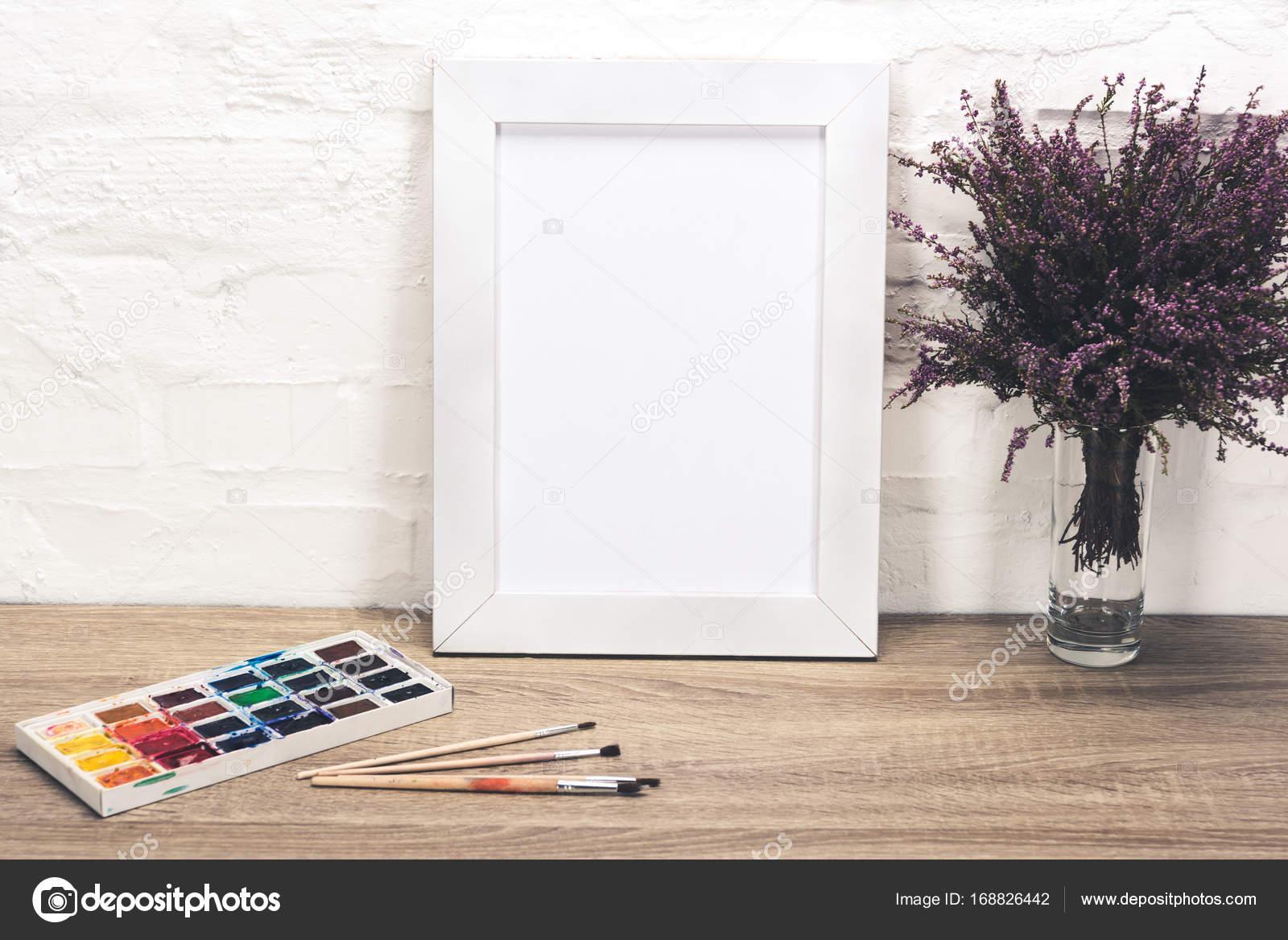 Rahmen und Zeichnung Fotoausrüstung auf Tischplatte — Stockfoto ...