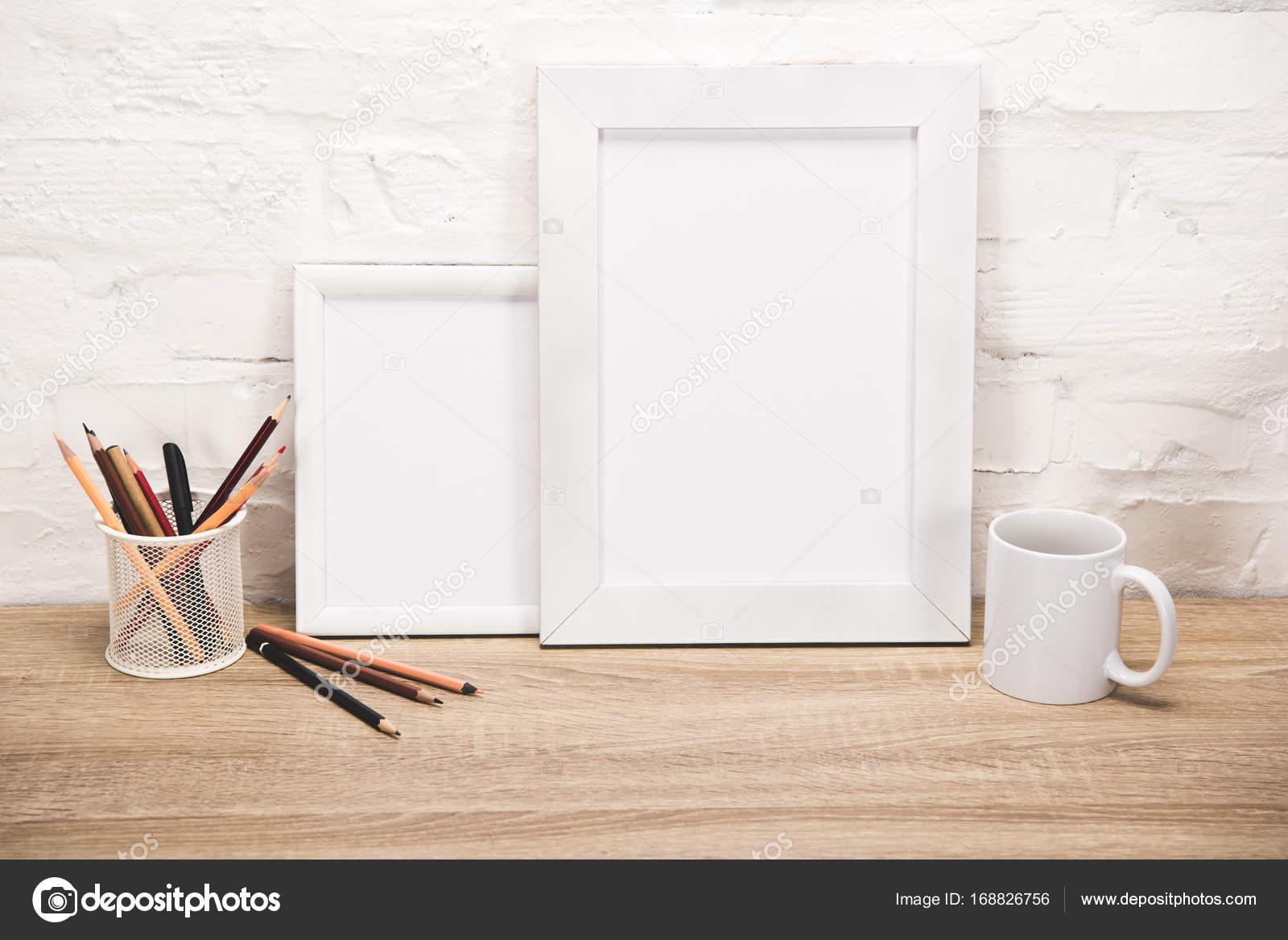 digitale Bilderrahmen und Kaffeetasse auf Tischplatte — Stockfoto ...
