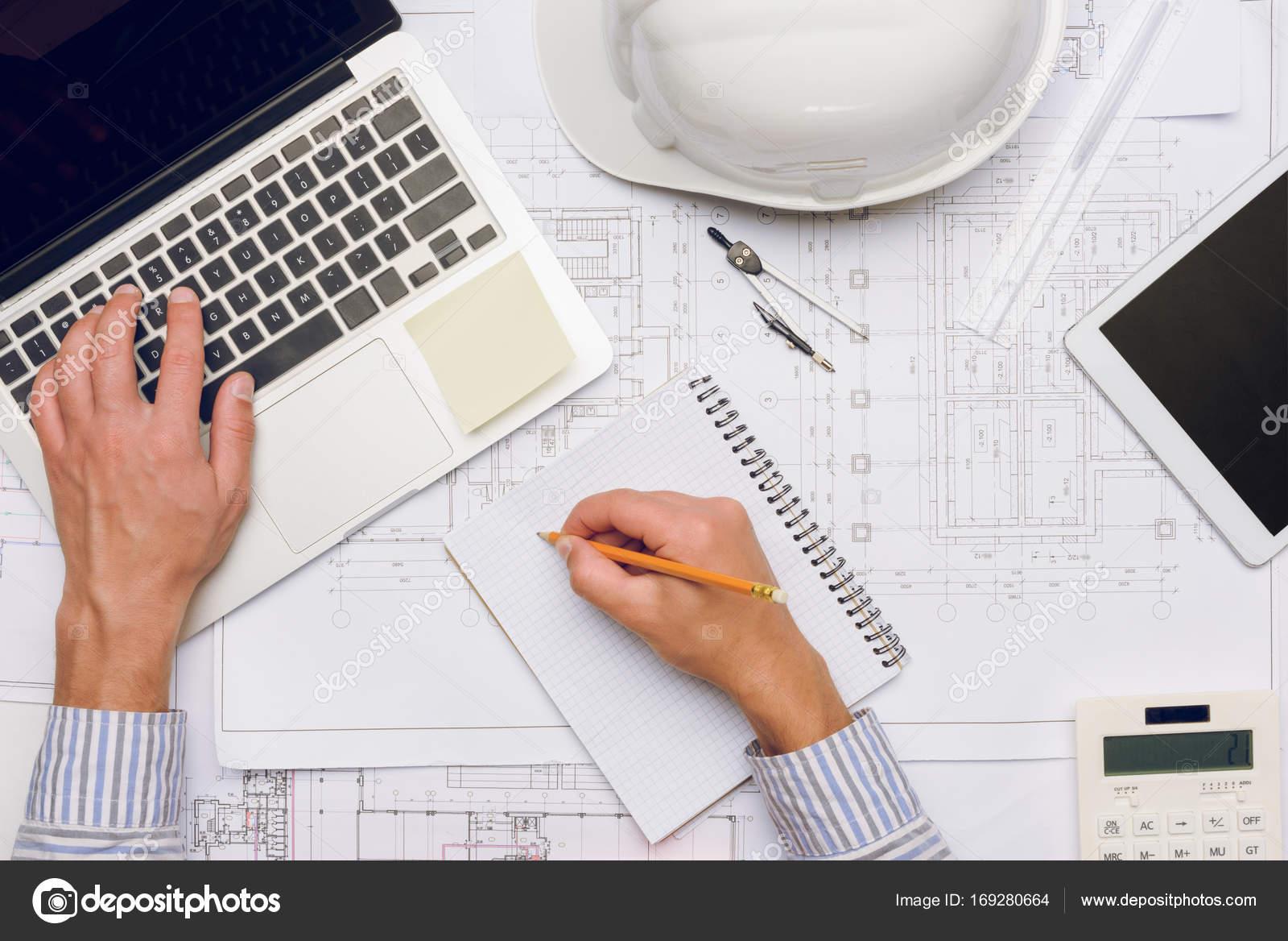 Architekt arbeiten am laptop — Stockfoto © VadimVasenin #169280664
