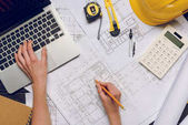 Fotografie architect working on blueprints