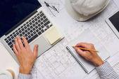 architekt pracuje na notebooku