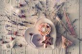 Fotografia piastra con pezzi fatti a mano di sapone per aromaterapia