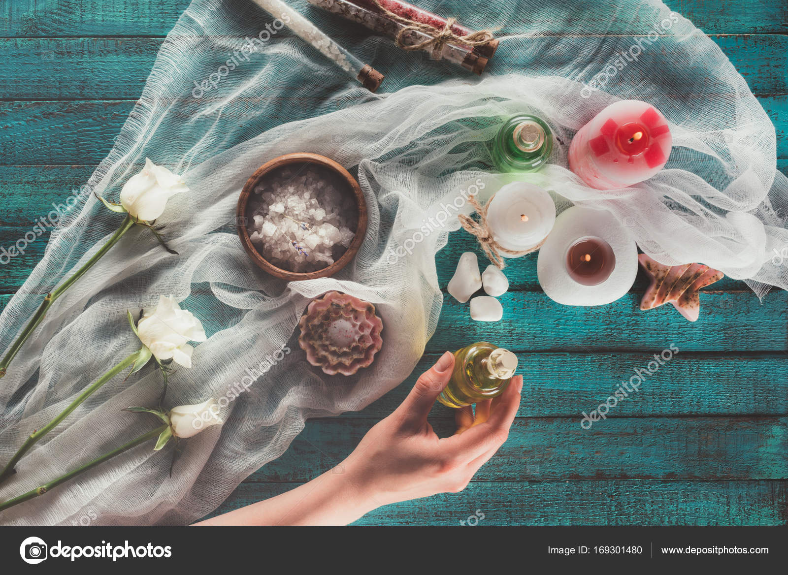 Vrouw maken van decoratie voor badkamer u stockfoto vadimvasenin