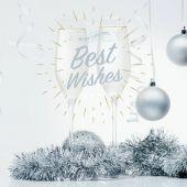 Fotografie sklenic šampaňského a vánoční hračky