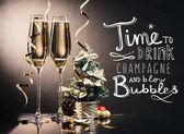 Fotografie sklenice šampaňského a Vánoční dekorace