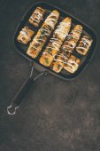 Fotografie frying pan with grilled corncobs