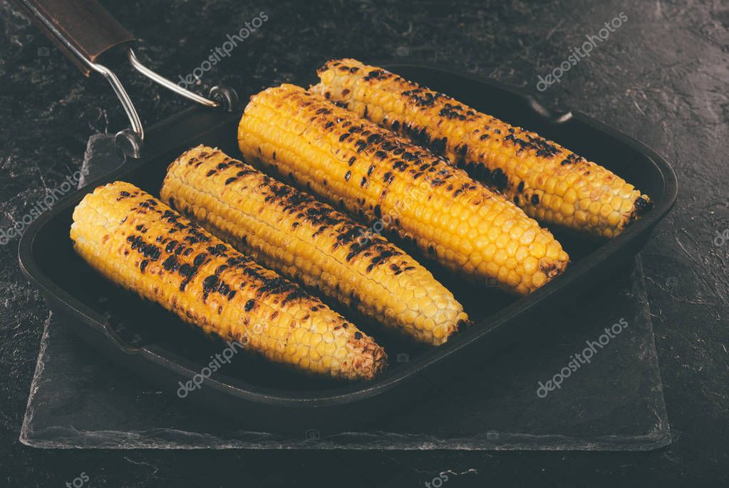 grilled corncobs in pan