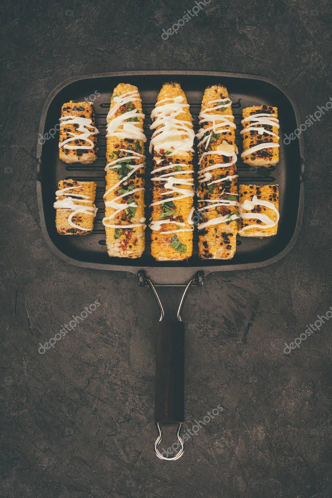 frying pan with grilled corncobs